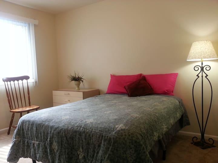 Affordable midsize room, 10 min to Nat'l Harbor