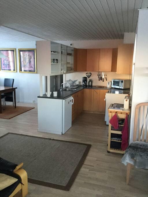 Køkken, komfur/ovn, mikroovn,kaffemaskine, masser af køkkenservice m.m.