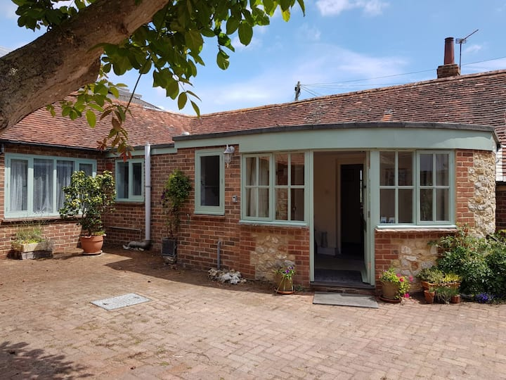 Gorgeous rural bungalow, close to the seaside