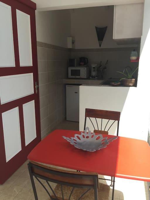 Terrasse et kitchenette de TI ORNATA les gites de casita
