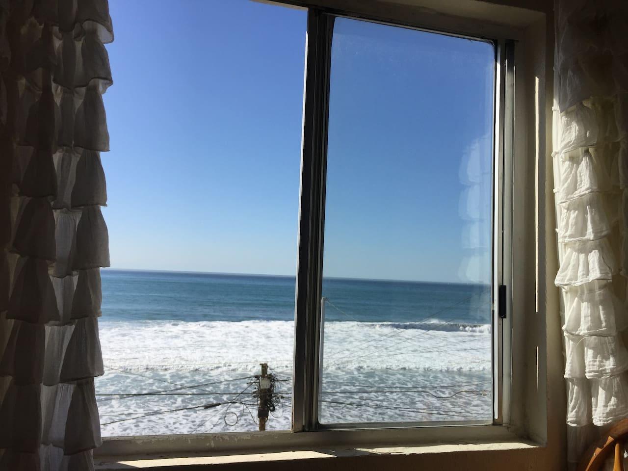 Hermosa vista al mar desde la sala muy relajante sentiras oir las olas del mar todo el dia.