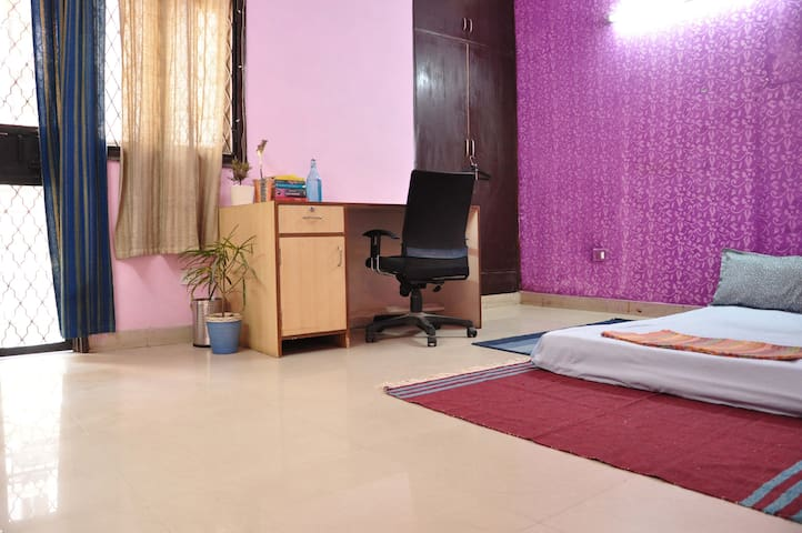 Budget Private room. Bed & breakfast. Near Saket. - New Delhi - Oda + Kahvaltı