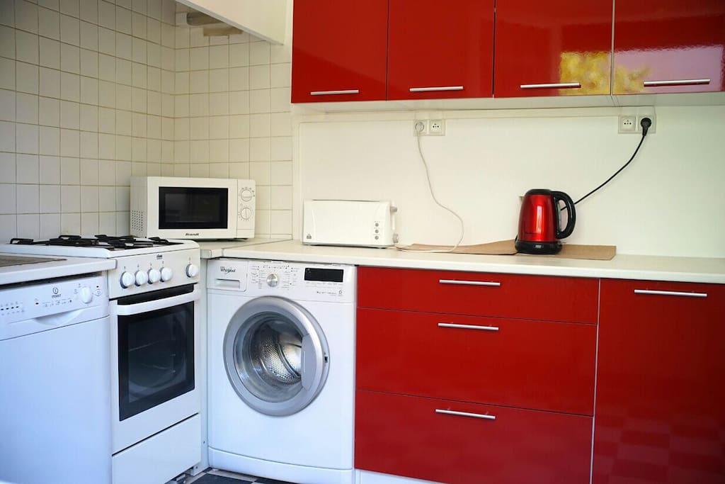 cuisine équipée : lave-vaisselle, micro ondes, cuisinière avec four à gaz, réfrigérateur congélateur, bouilloire électrique, toaster.