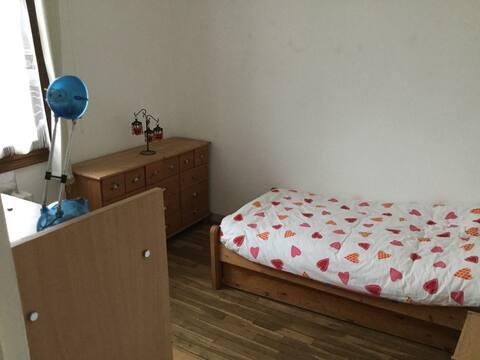 Chambre Simple dans une Maison avec Jardin Arboré