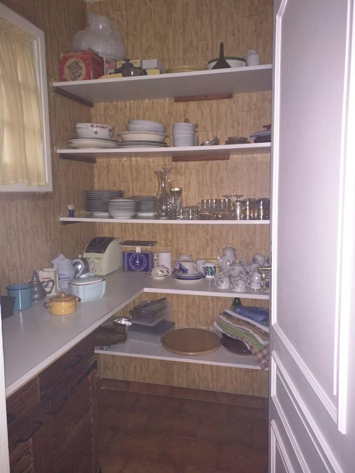 Grand cellier avec vaisselle
