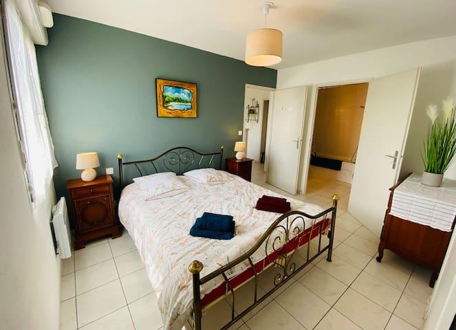 Chambre avec lit double (lit avec 2 matelas individuel réglable tête et jambes)