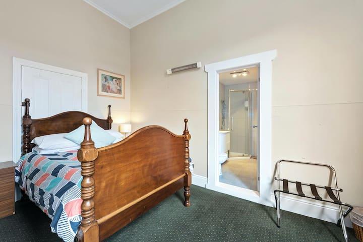 Empire Hotel Queen Room, Ensuite Bathroom