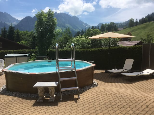 Seeblick mit Alpenpanorama