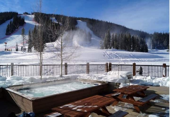 Copper Slopeside Condo, Sleeps 6, 150 yds to lift!