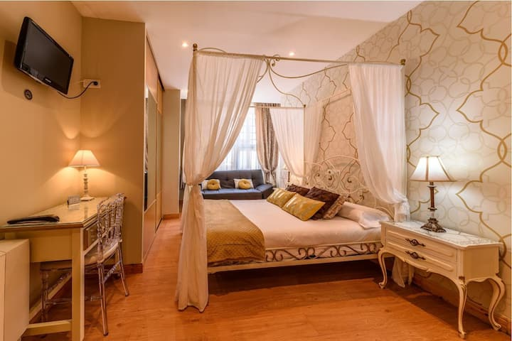 Habitación Triple con cama grande más sofa-cama.