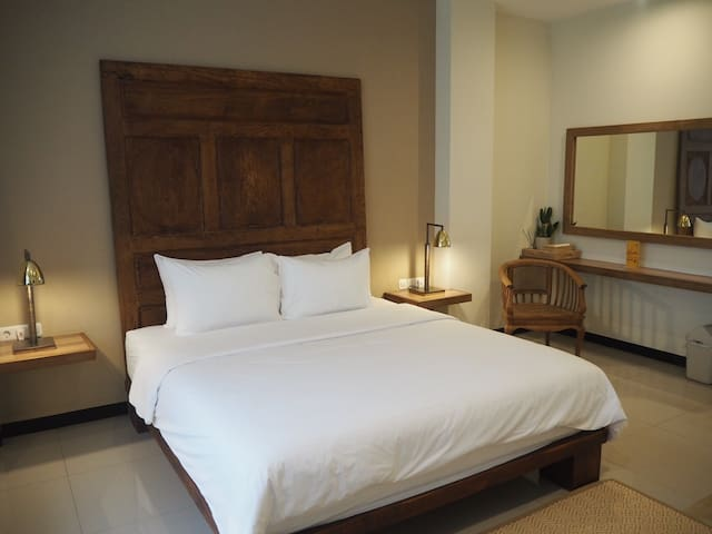 "comfy ""panca"" double bed room"