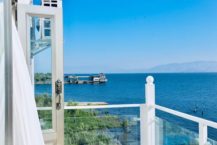 【恢复营业,全面消毒】高级海景大床房·带正面观海专属小阳台·躺在床上看日出·洱海边·大理才村·近古城