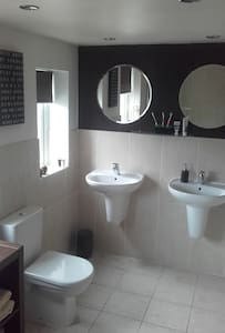 Double/Large Single Beds-Bath/shower- Seaside Town - Lytham Saint Annes