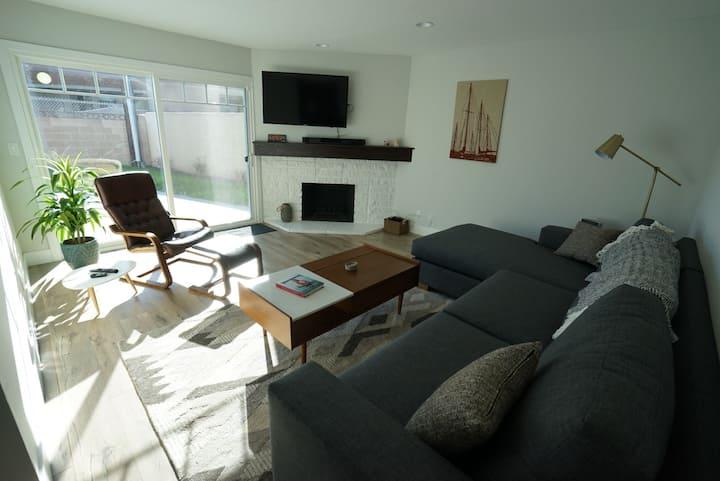 Comfy, quiet bedroom in Mid-Century Modern Home