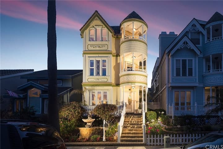 Victorian Escape in Downtown Huntington Beach!