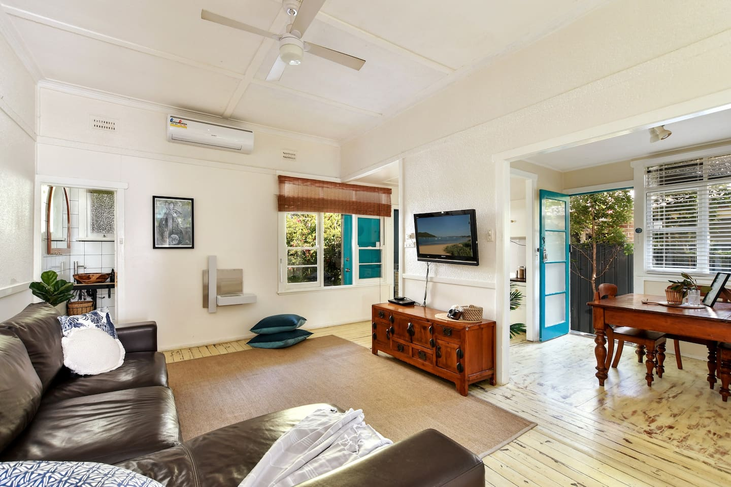 Large comfy leather king furniture lounge,  smart DVD player, Sony TV and apple TV tether AIR CON High ceilings.
