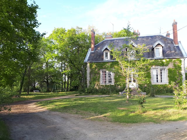 La jonchère, maison familiale dans un parc arboré