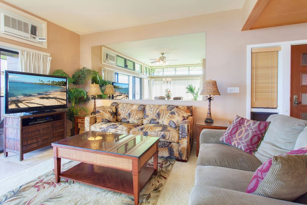 Gold remodeled villa with tile floors, AC, huge grass area in front of lanai and 3 min walk to ocean