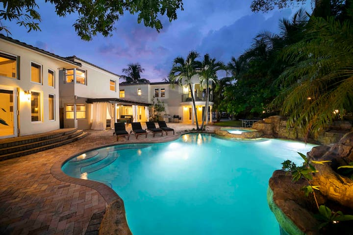 Villa for 20 Guest Movie theater, Pool,Jacuzzi