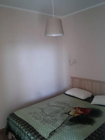 Выделенная зона спальни, с полноценной двуспальной кроватью м ортопедический матрасом. Двери в спальню нет