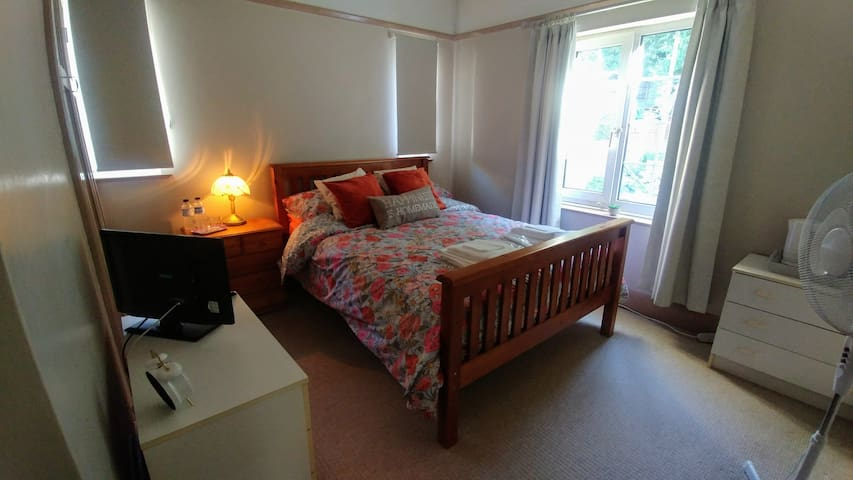 Double guest room opposite a beautiful park