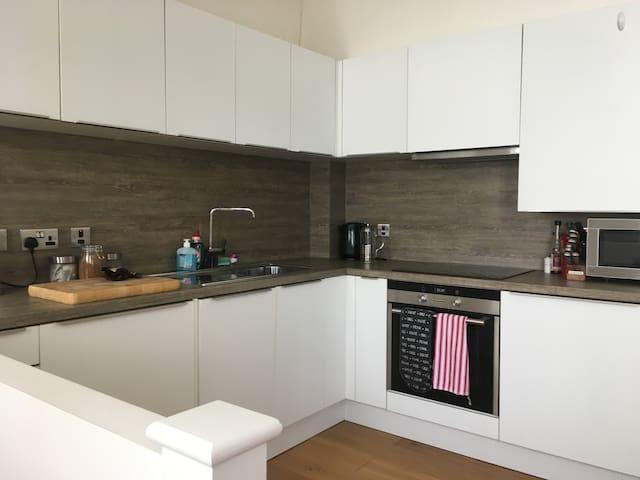 Fully fitted kitchen - fridge, washer/drier, oven, microwave, toaster, cafetière. Sabatiere Knife block and wooden chopping board.