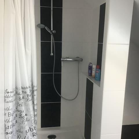 Natürlich mit Dusche, alles für euch allein !