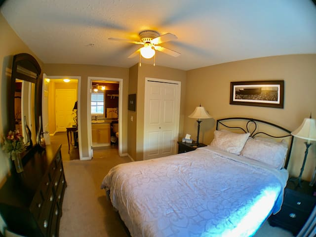 Foresters Guest Room - Cosy Condo by Hot Springs