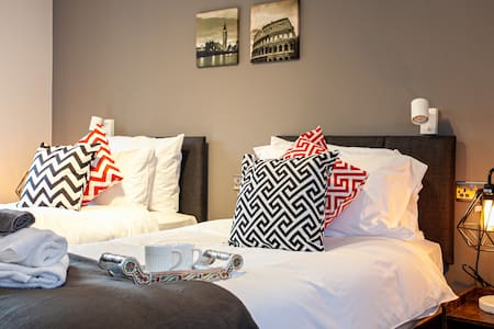 ❤ VERE STAYS - Sleeps 6 - Modern Apartment, Bury ❤