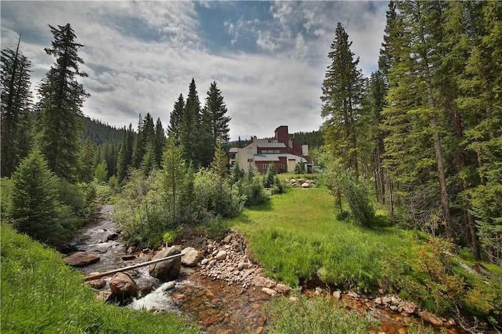 Ski In/Out Condo- Hot Tub, Pool  & Mountain Access