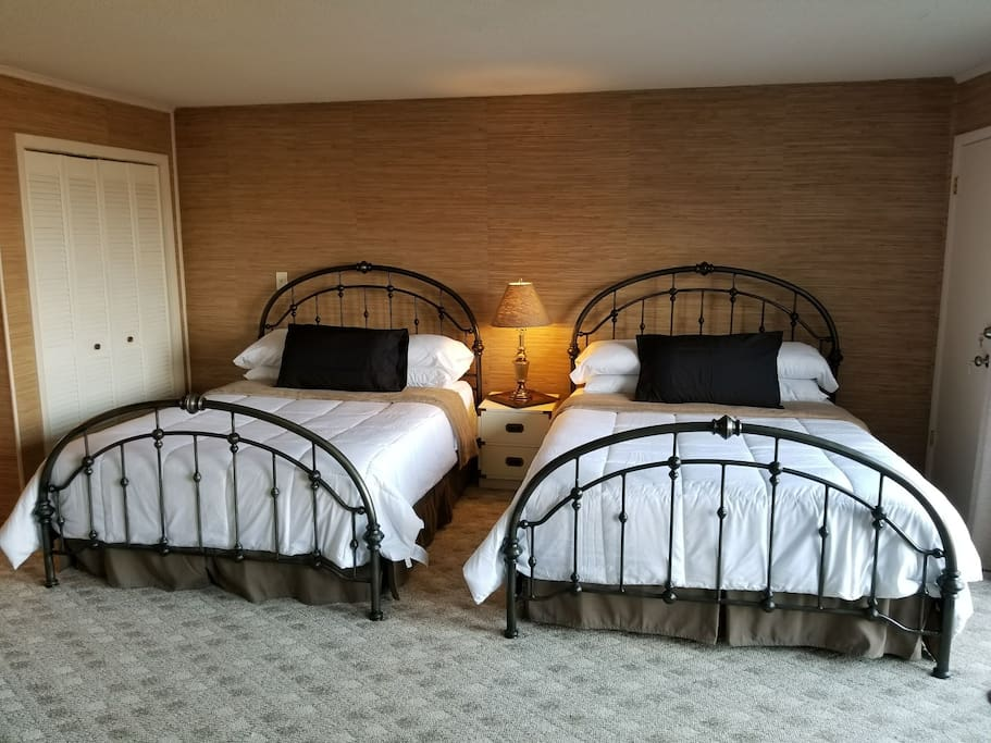 2 queen size beds with PLENTY of pillows!