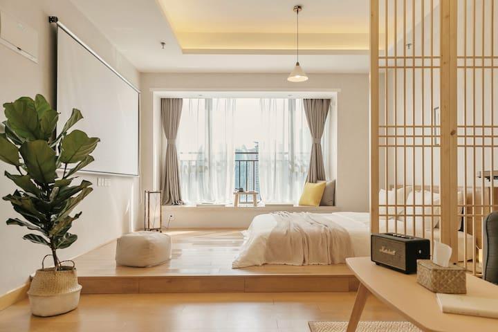 设计灵感来源于MUJI酒店,精选实木家具并且搭配了很多MUJI的家居产品。配备中央空调,给您带来舒适的居住体验。