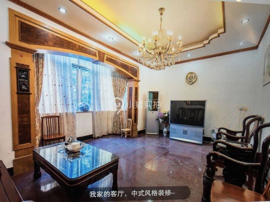 宽敞的客厅。红木家具,浓郁中国风。Traditional Chinese style furniture. Spacious living room.