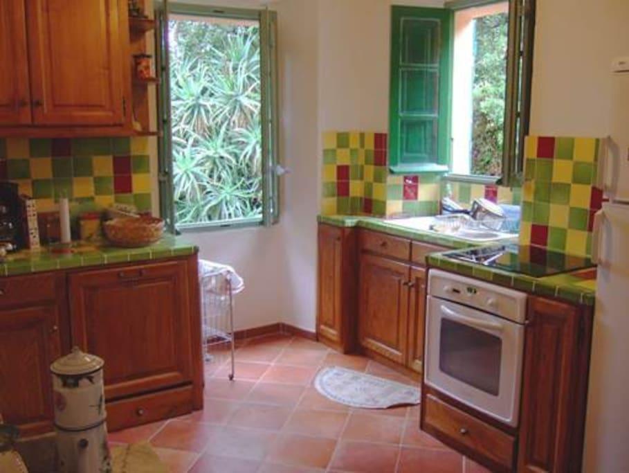 De l'autre côté, la partie cuisine… équipée!(lave-vaisselle, plaque induction, frigo…)