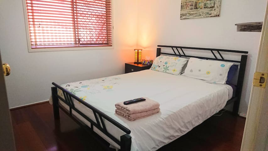 Capalaba queen room, TV & breakfast, bush-backed
