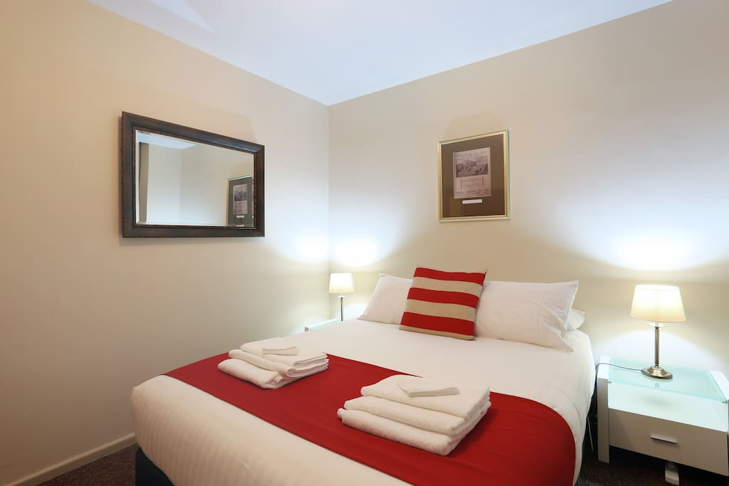 Macquarie house queen room 3 serviced flats for rent for Best private dining rooms hobart