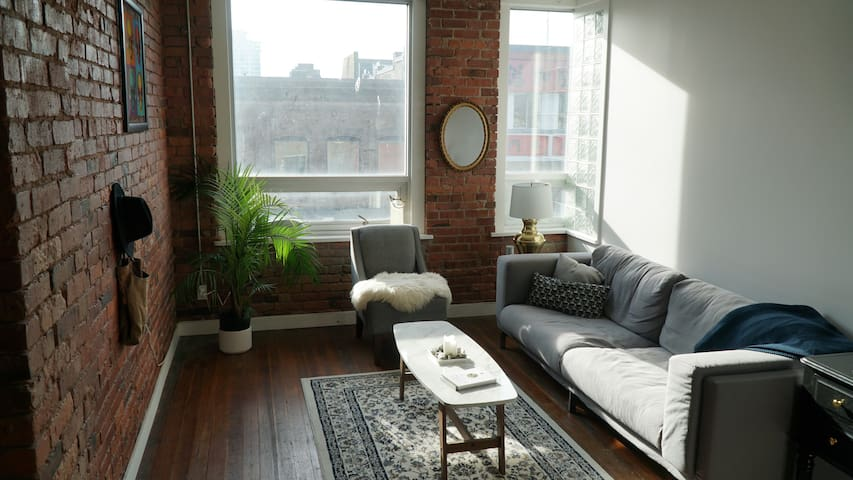 PRIVATE ROOM IN HIGH END APARTMENT LOFT