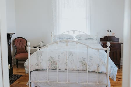 'Dubuque Bed & Breakfast' - Queens Room