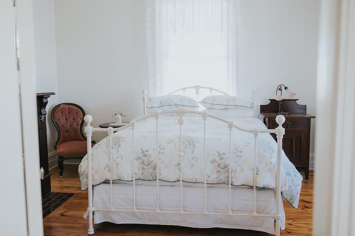 'Dubuque Bed & Breakfast' - Queens Room
