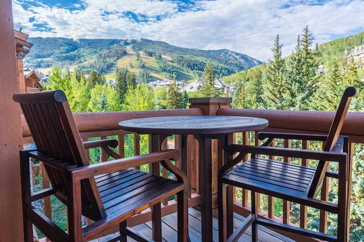 3Bd + loft With Ski in/out Access and Panoramic Views!