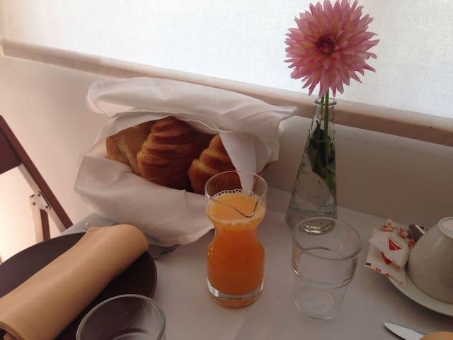 Pequeno almoço: sumo de laranja natural,pão,croissant,leite,café Compota, mel. Bom apetite