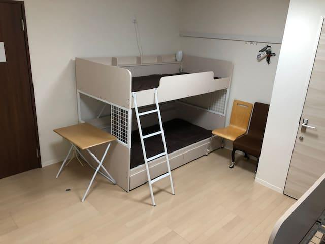 居住フロア(103号室) 2段ベッド2つ 各1つずつ鍵付きクローゼット4人分 デスク2つ 間接照明あり  図面も掲載しております。 ご確認ください。