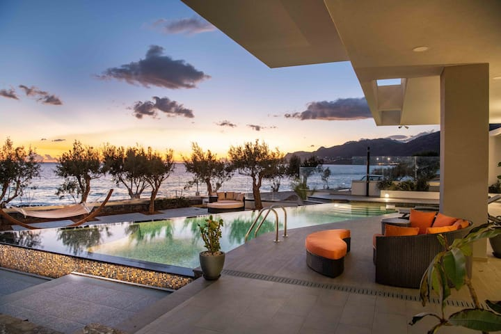 Sea-front luxurious 5 bedroom with private pool