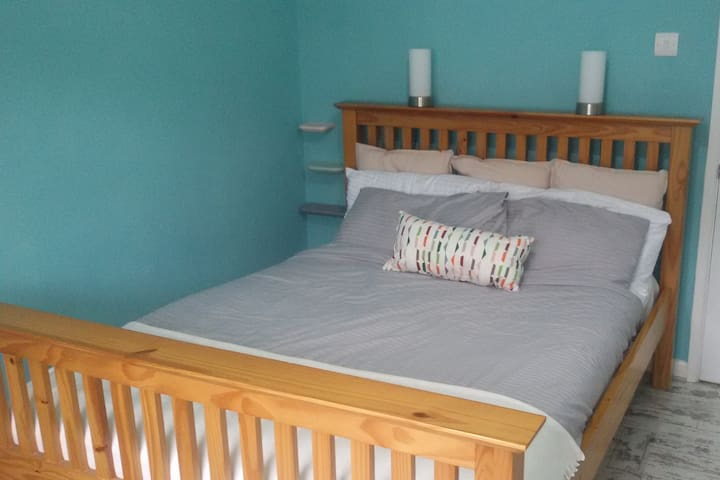 Spacious, comfortable double room in Radstock