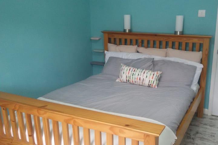 Spacious, comfortable double room in Radstock