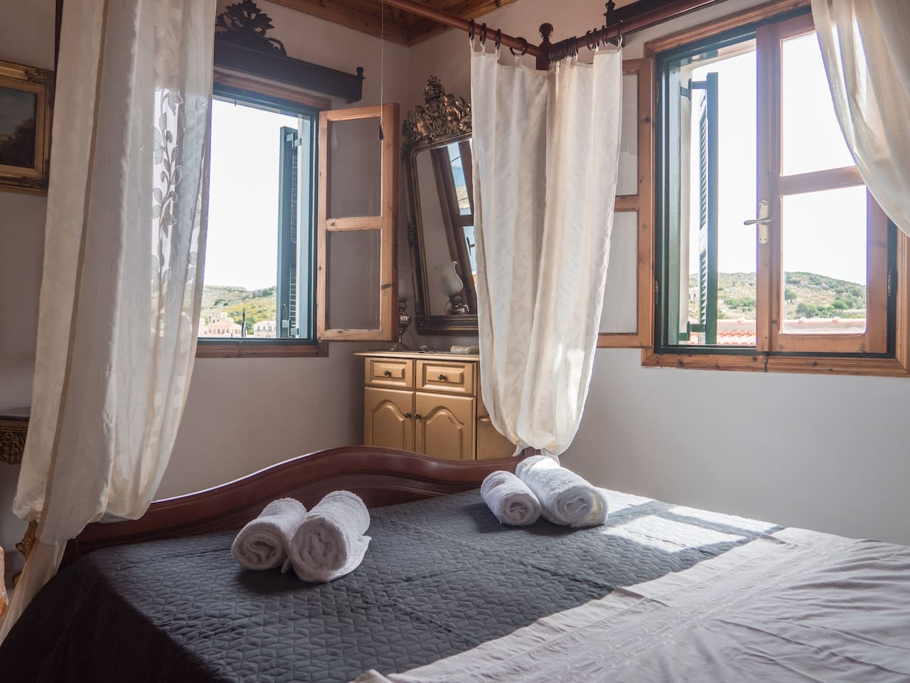 Bedroom with a traditional double bed.