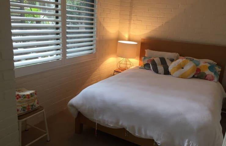 Queen bedroom with own bathroom - Bilgola Beach - House