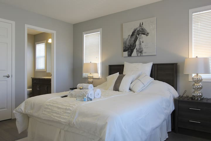 Oasis Master Bedroom Private Bath; Calgary Airport - คัลการี
