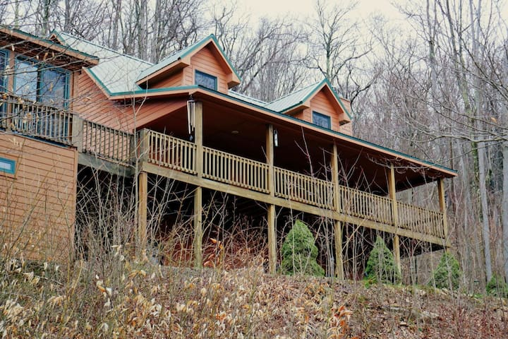 Friend`s Mountain Retreat - Air Conditioning, Wood Fireplace, Hot Tub, Pool Table