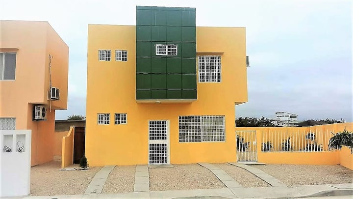 Casa cerca al mar en ciudadela privada con piscina